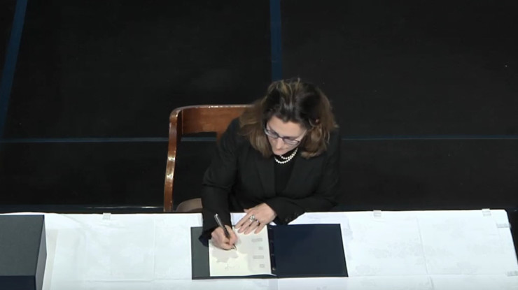 Freeland Signs TPP